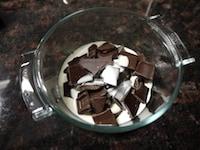 チョコレートと生クリームを合わせ、とかす