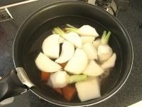 だし汁で根菜を煮る