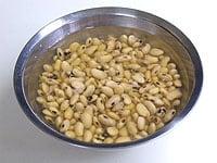 大豆は一晩水に浸ける
