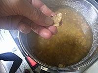 大豆は手で摘んで、潰れるくらいまで茹でる