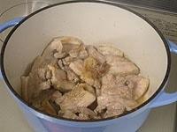 バターで豚肉を炒め、軽く塩、胡椒を振り一度取り出す