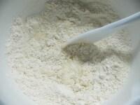 粉類を混ぜ、酒と水を入れて混ぜる
