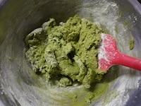 薄力粉と抹茶を加え、混ぜる