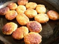 生地に豆乳を加え、フライパンで焼く