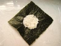 ラップをひき、海苔とご飯をのせる