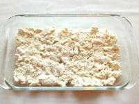 耐熱皿に豆腐を入れる
