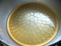 水と砂糖を火にかけて溶かし、コアントローを混ぜる