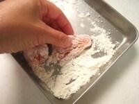 鮭に薄力粉をまぶす