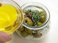 清潔な瓶に入れて、上からオリーブオイルを注ぐ