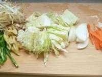 野菜を切り、調味料を合わせる
