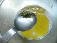 豆乳、オイル、ハーブソルトを合わせる