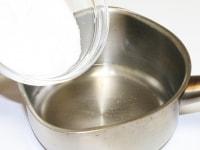鍋に水、グラニュー糖を入れて火にかけ溶かす。