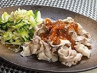 付け合せ野菜とサムジャンをかけた豚肉を盛り付ける