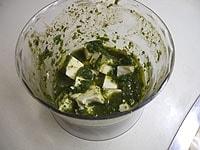 サイコロ状に切った豆腐に絡める
