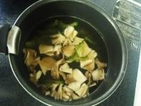 湯を捨て、新たに水と調味料を入れる