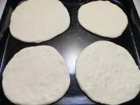 生地を麺棒で丸く伸ばし、油をぬった鉄板に並べる