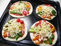 野菜を彩りよく並べ、チーズをのせ、オリーブオイルをかける