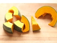かぼちゃを切る