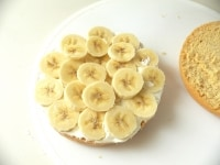 ホイップクリームをぬってバナナをはさむ