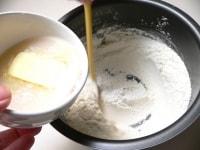 粉とスキムミルク、塩、砂糖を混ぜ、(1)を注いで混ぜる