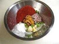 ボウルにヤンニョムの材料を入れ、良く混ぜ合わせる。