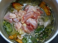 鍋に材料を入れて沸かす