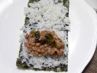ご飯を薄く敷き詰め、(2)と刻み高菜漬けをのせる