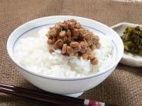 炊きたてご飯に粉末調味料入り納豆をかける