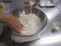 材料をボールに入れて混ぜる