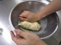 バターを入れてこねる