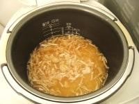 ホタテと調味料を入れて炊飯する