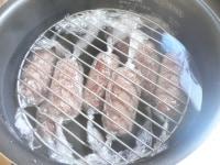 内釜に沸騰湯を注ぎ、(5)を入れ網か小皿で重しをする