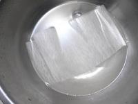 塩水に浸けてしんなりさせる