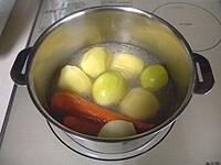 茹で汁で野菜類を煮込む