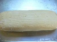 裏返してスジをつけ、竹串で穴をあけて卵をぬる