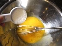 卵黄にグラニュー糖を混ぜる