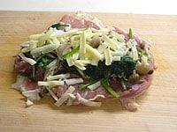 冷めた野菜とチーズをのせ、タコ糸で巻く