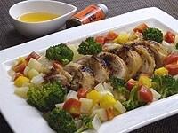 ソースを全体にかけて、鶏肉には粉しょうゆを振りかける