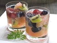 グラスにフルーツを盛り付けてリキュールとソーダーを加える