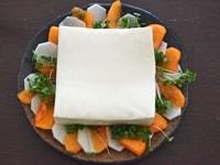 野菜を切って盛り付ける