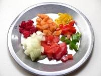 野菜とフルーツを1cm角に切る