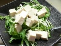 水菜と塩豆腐、アボカド、りんごを盛り合わせる