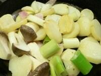 じゃがいもを寄せ、ベーコンと野菜を炒める