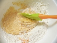 周囲の粉を取り込むように混ぜてまとめる