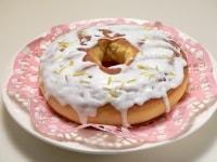 ドーナツの上にアイシングをかけ、レモンの皮とイチゴを散らす