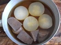 ゆでた大根で煮物を作る
