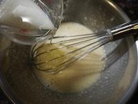 サラダ油と牛乳を混ぜる