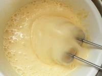 卵と砂糖を湯せんで泡立てる
