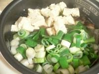 残り15分になったら、豆腐とにらとねぎを入れる