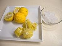 柚子は半分に切り、皮つきと皮なしに分けて漬ける